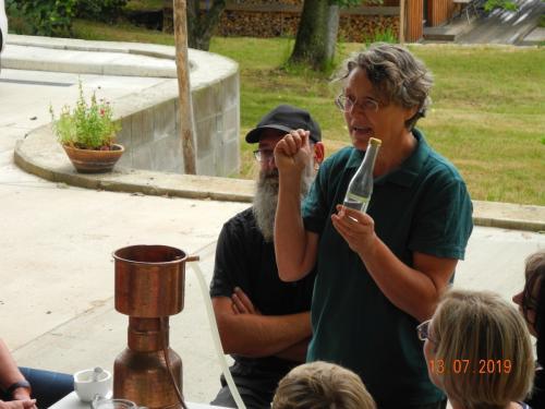 Christiane erklärt den Destillierapparat